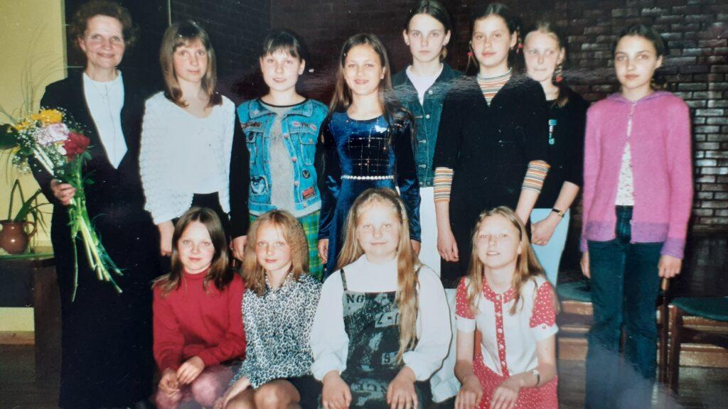 Mergaičių ansamblis, Birutė Tauterytė antroje eilėje, antra iš kairės 2002 m